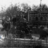 Армавир. У фонтана в городском саду, 1950 год.