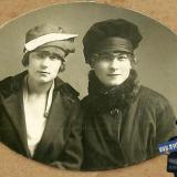 Краснодар. Две подружки, Сонечка Сорокина и Сашенька Маслова (Приказчикова),  7 апреля 1922 год