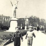 Детский скверик, около 1962 года (угол улиц Октябрьской и Мира)