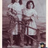 Фотограф Савенко А.И. Сусанна Георгиевна Бедросова-Толмаджева и Елизавета Георгиевна Бедросова.