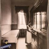 Екатеринодар. Одна из сестер милосердия общины в буфетной, 1915 год