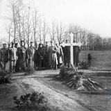 Екатеринодар. Офицеры французской военной миссии на символической могиле генерала Корнилова.