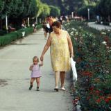 Краснодар. Бабушка ведет маленькую девочку за руку. 16 июня 1976.