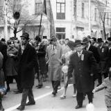 """Краснодар. Сотрудники треста """"СЕВКАВТИСИЗ"""" на Ноябрьской демонстрации 1969 года. Угол улиц Красной и Свердлова"""