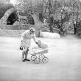 "Краснодар. Возле фонтана ""Олени"" в горпарке, 1975 год"