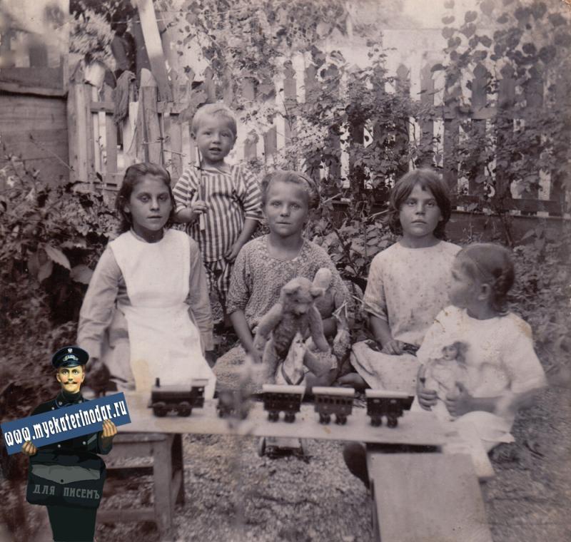 Ейск. Детвора с игрушками. Кв. Малининых, 1914 год