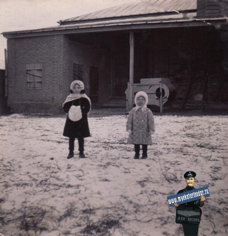 Ейск. У амбара, дом Чикригина, около 1914 года