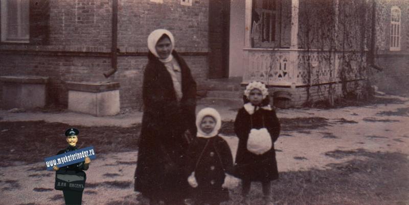 Ейск. У Чекричиный с няней Дуней, около 1914 года