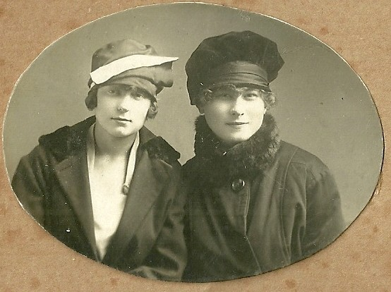 Две подружки, Сонечка Сорокина и Сашенька Маслова (Приказчикова),  7 апреля 1922 год
