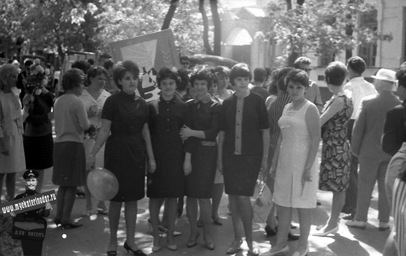 1 мая 1965 года. Студентки 1-го курса физмата (отд. физики) Краснодарского пединститута