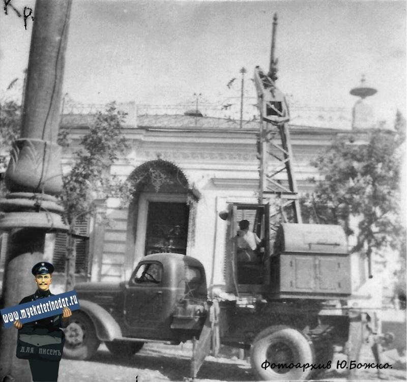 1952 год. Сентябрь, открытие движения троллейбуса по ул. Мира, вид на север из окна дома, располагавшегося между ул. Суворова и ул. Гудимы