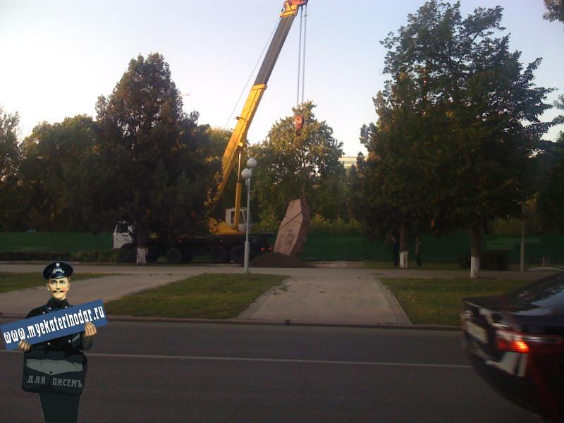 Краснодар. Перенос обелиска, установленного в честь основания города. 11 сентября 2009 г.