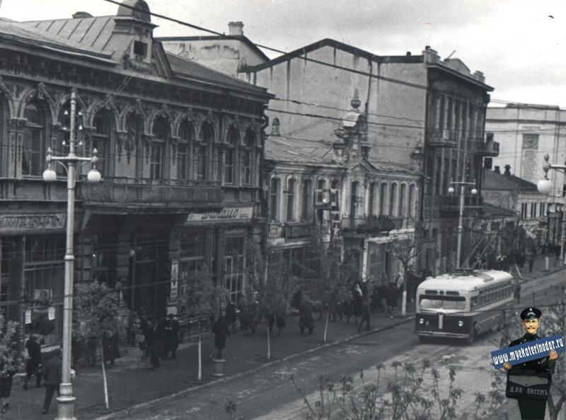 Краснодар. Красная улица, между Гимназической и Гоголя, вид на северо-запад.  6 апреля 1952 года