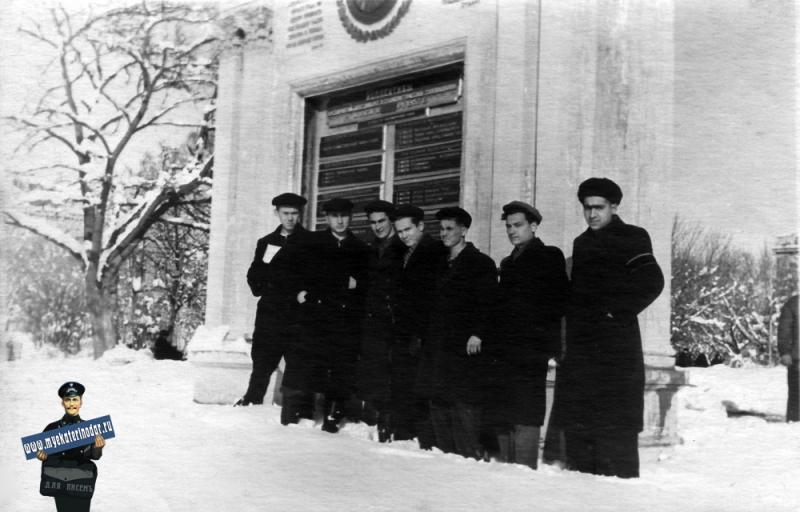 Краснодар. 7 марта 1953 года в Первомайском сквере у доски почёта.