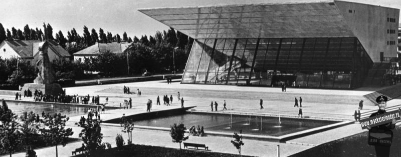 """Краснодар. Широкоформатный кинотеатр """"Аврора"""" 1968 год."""