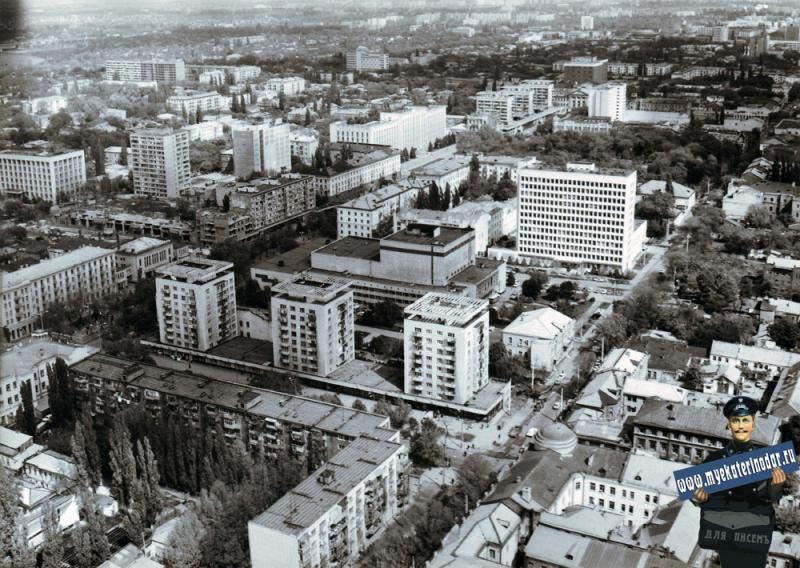 Краснодар. Над перекрёстком Красноармейской и Комсомольской, вид на север. 1986 год.