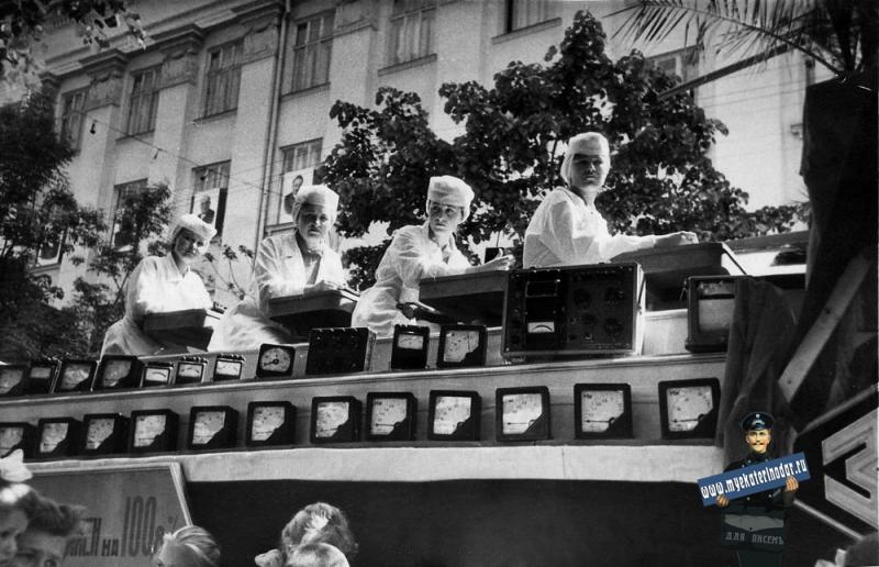Краснодар. Работники ЗИП на Первомайской демонстрации, 1957 год.