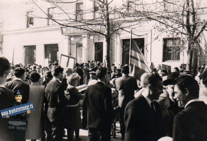 Краснодар. Угол улиц Мира и Седина. Вид со стороны Седина на запад, 1967 год