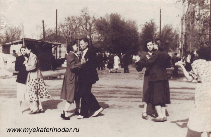 Краснодар. На перекрёстке улиц Сталина и Ярморочной. 1 мая 1954 год.