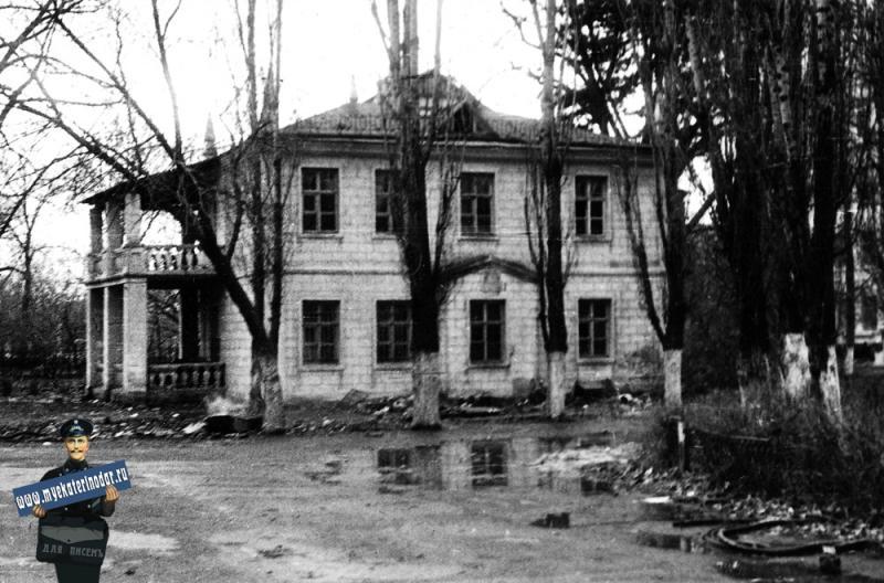 Краснодар. Вид на флигель Атаманского дворца с улицы Пушкина, 1975 год.