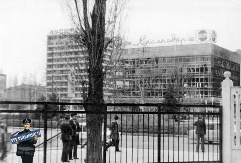 "Краснодар. Вид на сгоревший Универмаг ""Краснодар"", 1982 год."