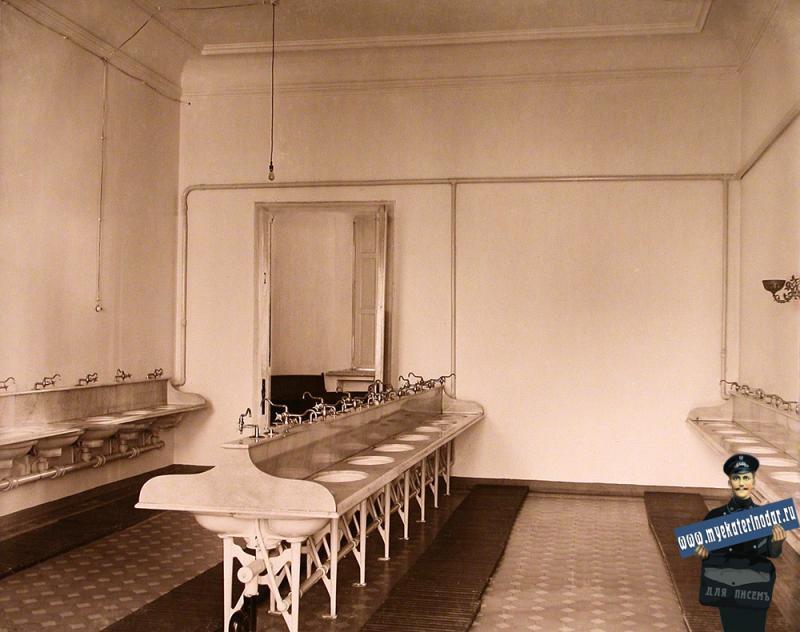 Екатеринодар. Кубанский мариинский женский институт. 25.10.1913 год. Вид части умывальной комнаты для воспитанниц.