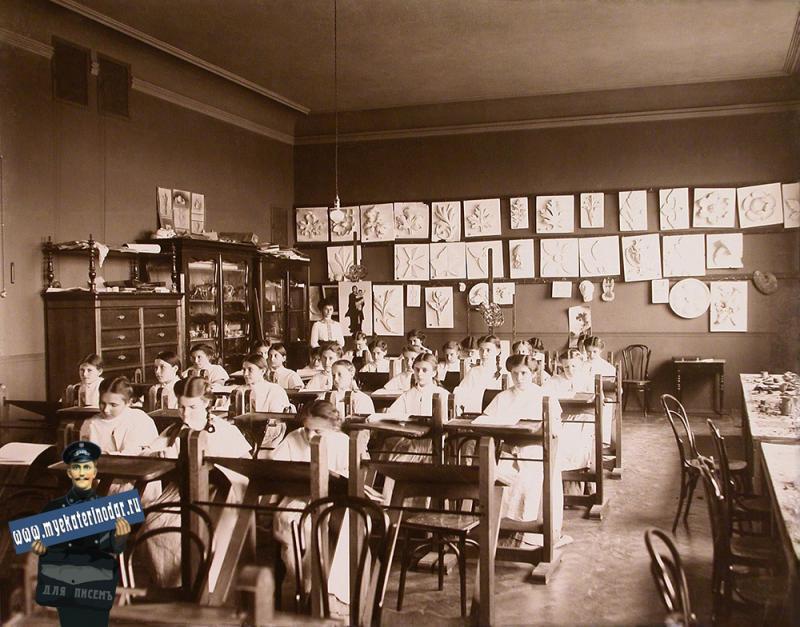 Екатеринодар. Кубанский мариинский женский институт. 25.10.1913 год. Воспитанницы института на уроке рисования.