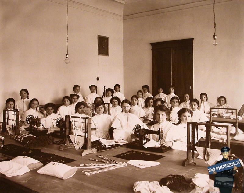 Екатеринодар. Кубанский мариинский женский институт. 25.10.1913 год. Воспитанницы института на уроке рукоделия.