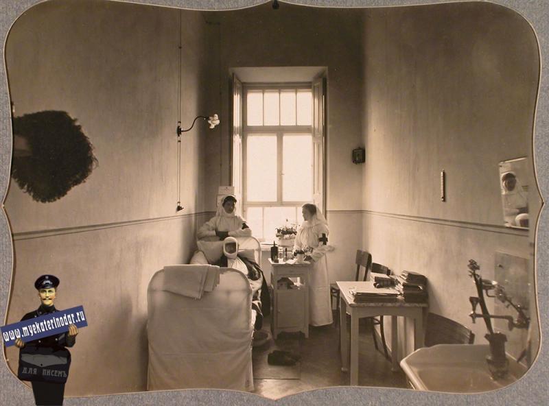 Екатеринодар. Сестры милосердия и раненый офицер в двухместной палате лазарета общины, 1915 год