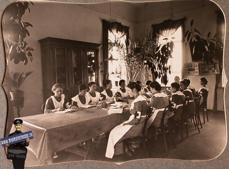 Екатеринодар. Сестры милосердия во время лекции по анатомии в классной комнате, 1915 год