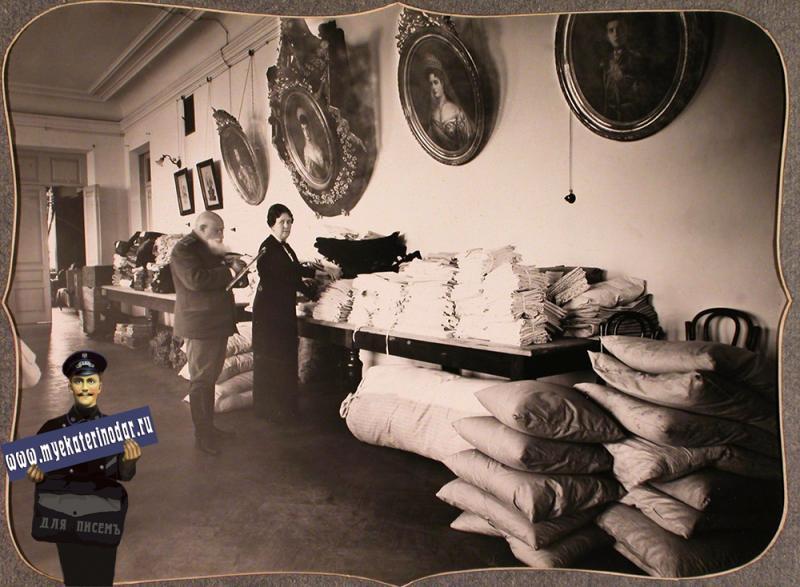 Екатеринодар. Служащие Красного Креста за проверкой вещей на складе, устроенном в одном из помещений общины, 1915 год