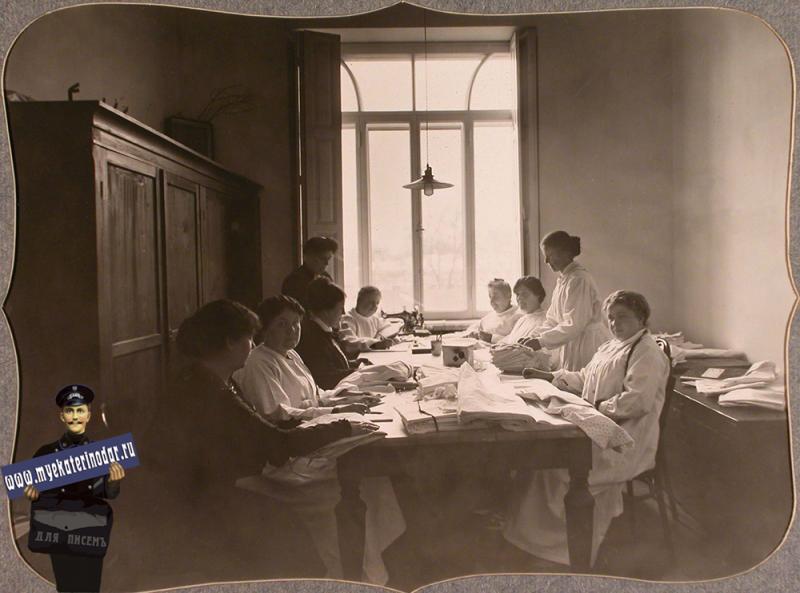 Екатеринодар. Сотрудницы Красного Креста готовят к выдаче в пошивочную, устроенную в одном из помещений общины, раскроенное белье, 1915 год.