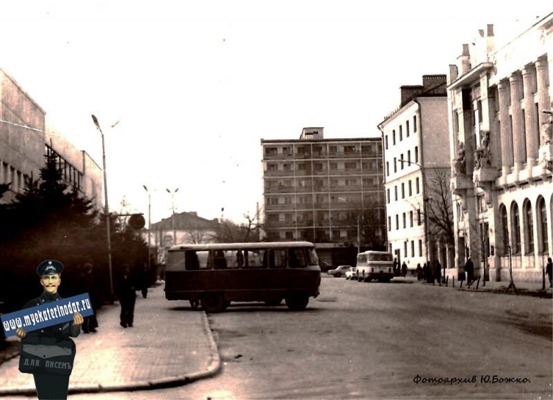 Угол улиц Красноармейской и Орджоникидзе, вид на юг, около 1970  года