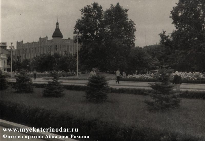 Краснодар. Вид на угол улиц Красной и Ворошилова (Гимназической), начало 60-х