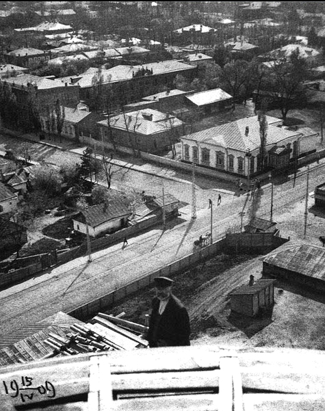 Екатеринодар. Вид с Екатерининского собора на пересечение улиц Екатерининской и Борзиковской, 1909 год.