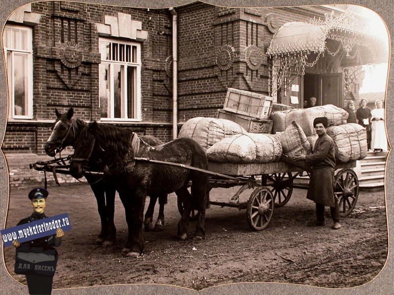 Екатеринодар. Возчик у телеги, нагруженной упакованными вещами, собранными представителями Красного Креста для действующей армии, перед отправкой их со склада, устроенного в помещении общины, 1915 год