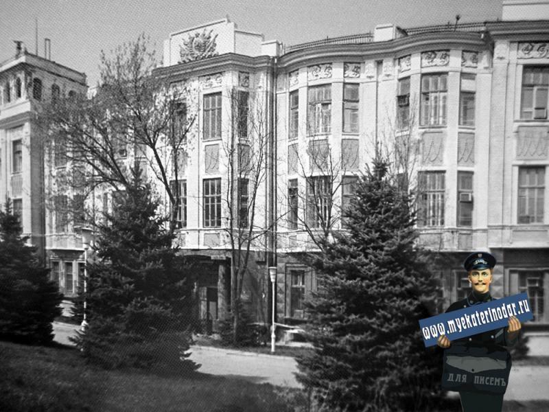 Краснодар. У перкрёстка улиц Красной и Пушкина.