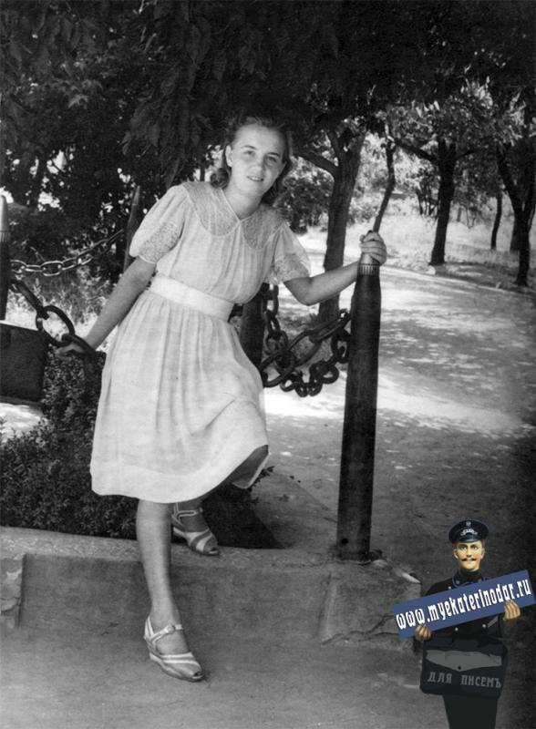 Краснодар. У могилы полковника артиллерии М.Ф.Лабынцева, 1948 год.