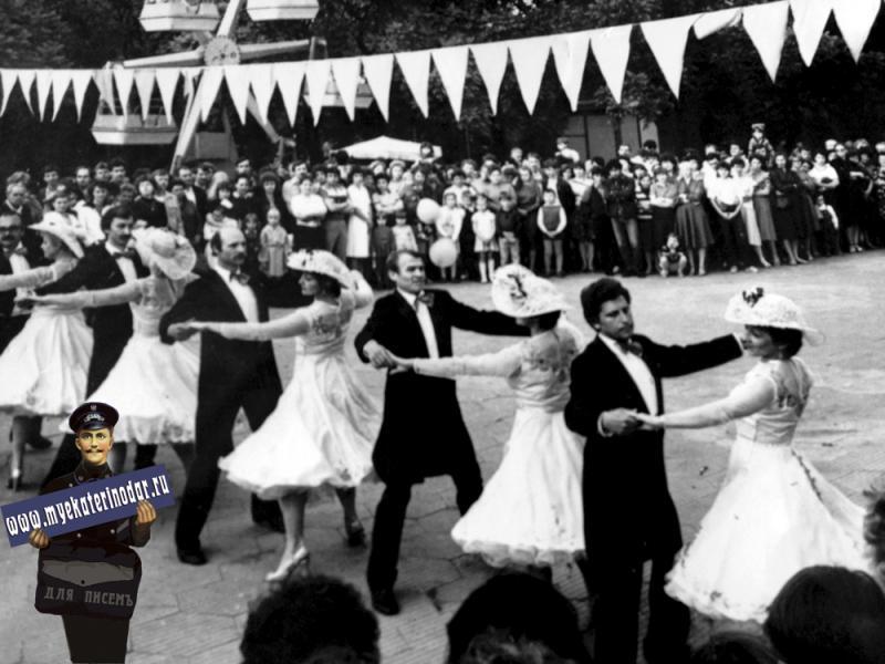 """Краснодар. Ансамбль бального танца на празднике газеты """"Комсомолец Кубани"""", 1986 год."""