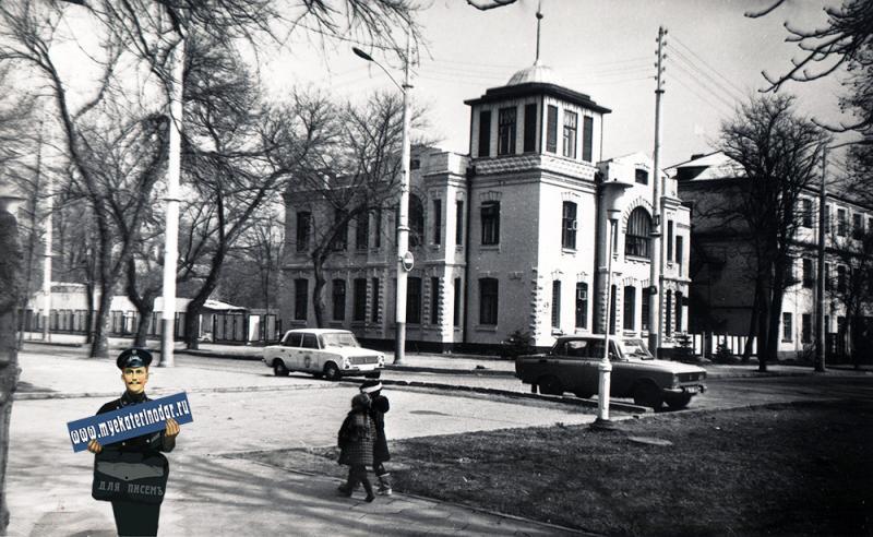 Краснодар. Бывший коллективный жилой дом 1920-х годов постройки, 1987 год