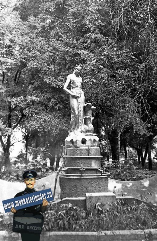 """Краснодар. Фонтан """"Хозяйка Медной горы"""" в сквере им. В.И. Ленина, август 1982 года."""