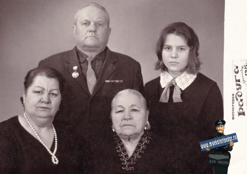 """Краснодар. Фотостудия """"Радуга"""". Семья Леоновых, 1974 год."""
