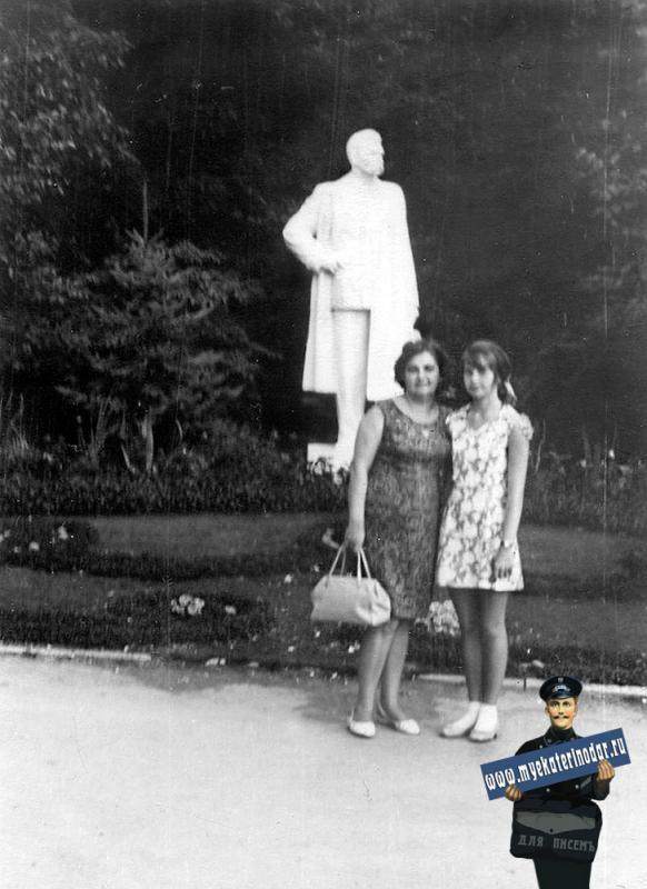 Краснодар. В Горпарке у памятника М.Горькому