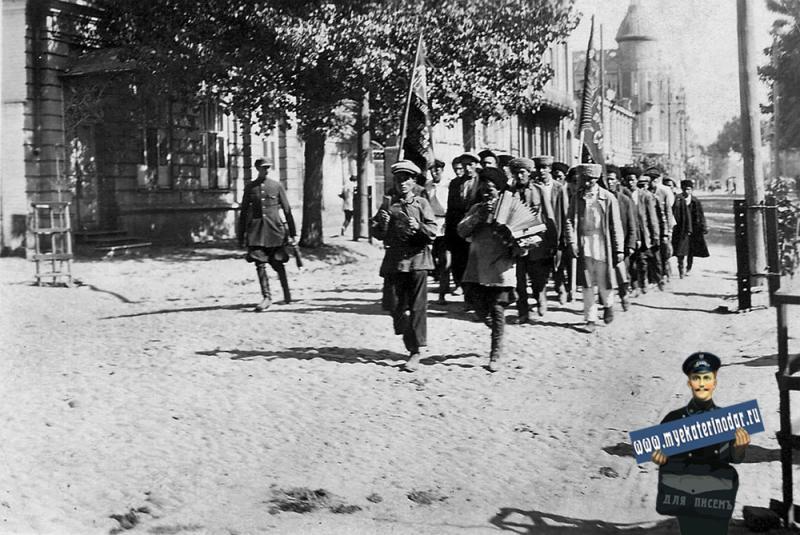 Краснодар. Группа молодых адыгейцев идут на военный призыв. 20-е годы.