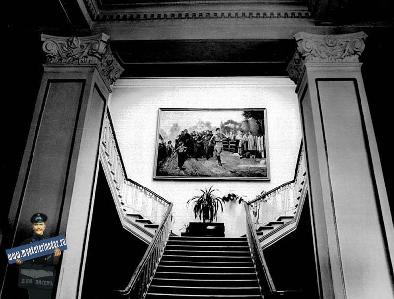 Краснодар. Интерьеры гарнизонного дома офицеров. Главная лестница. 2-3 этаж.