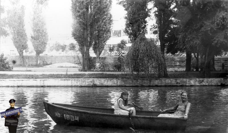 Краснодар. Катание на лодке в горпарке, 1985 год.