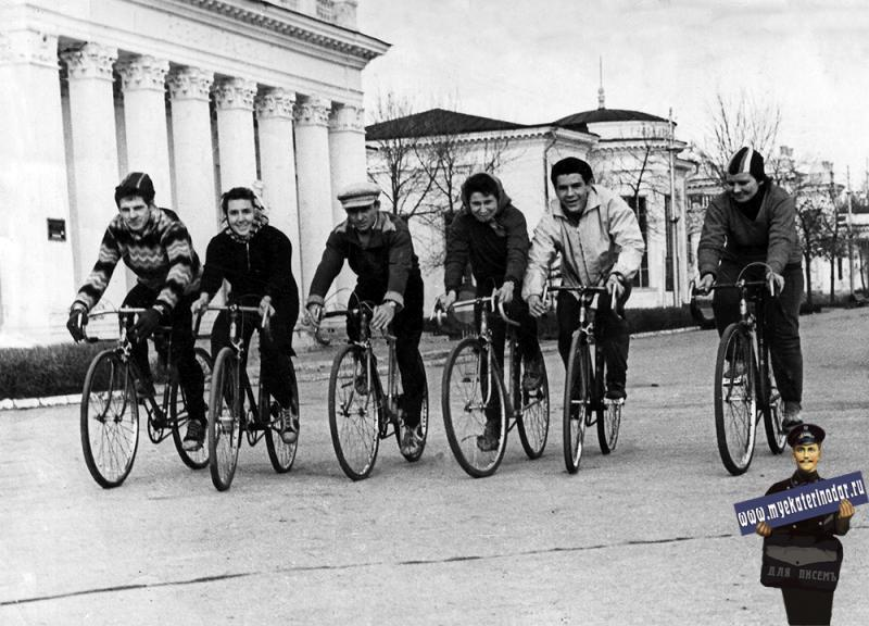"""Краснодар. Велосипедисты Клуба МЖК """"Труд"""" на КСХПВ. 1961-62гг."""