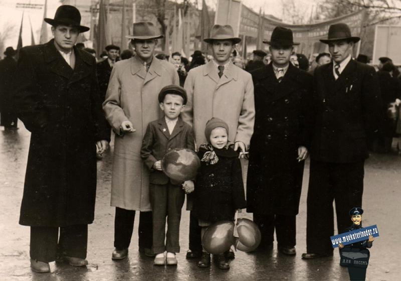 Краснодар.  Колонна Краснодарского камвольно-суконного комбината, 7 ноября 1958 г.