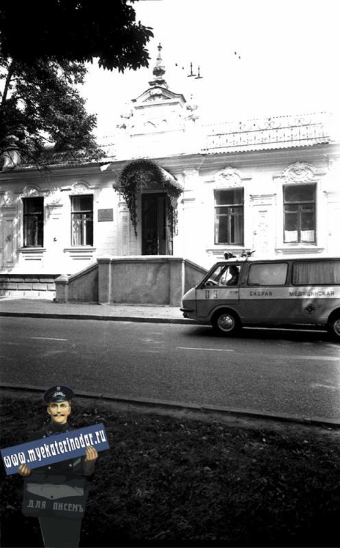 Краснодар. Машина скорой помощи у здания детской городской больницы №2. 1980 год