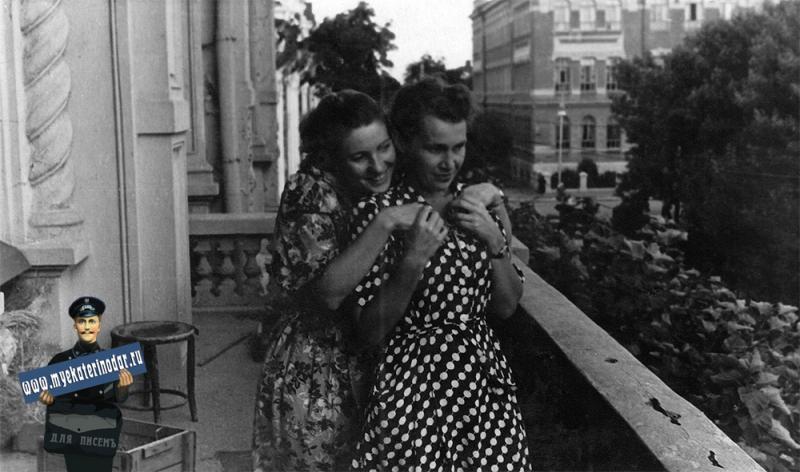 Краснодар. На балконе городского Дворца Пионеров, август 1953 года.